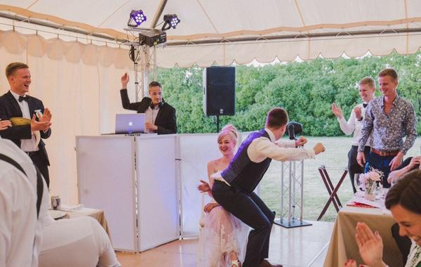 Disfrutando de la boda con el dj